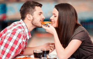 זוג בדייט אוכלים פיצה
