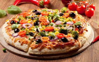 מגש פיצה עם תוספות