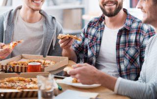 חברים אוכלים פיצה